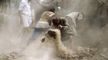 Lokale i Yemens hovedstad, Sanaa, søger efter overlevende under ruinerne efter et saudisk bombardement.