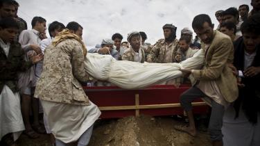 Houthier begraver en falden oprører efter et saudisk bombardement i Yemens hovedstad, Sanaa.