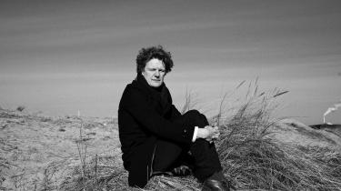 Der banker et stærkt humanistisk hjerte i Peter Nielsens nye essaysamling 'Med fortællingen går jeg i døden'