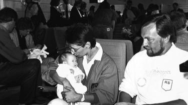 En familie modtager et koreansk barn i lufthavnen. International adoption har eksisteret i Danmark siden 1950'erne.