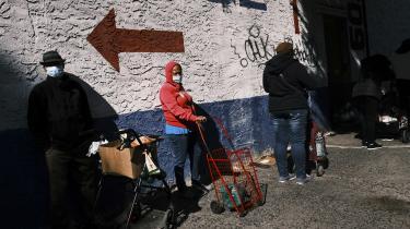 Folk venter i kø for at få mad ved et maduddelingssted i Bronx. I praksis har vi i dag accepteret arbejdsløshed som et af markedsøkonomiens vilkår, men det er både moralsk og økonomisk uansvarligt, mener økonomen Pavlina Tcherneva.
