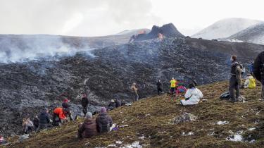 Det kan i disse dage virke, som om hele den islandske befolkning holder folkefest ude i Geldingadalir ved det fremvoksende bjerg, der fortsat sender brændende stenmasser op i luften og lader dem klaske som tung maling mod fjeldsiden og drive videre ned i små brændende bække.