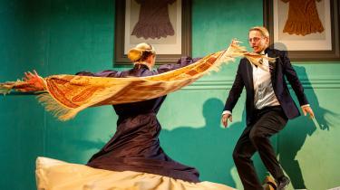 Svømmeren Jeanette Ottesen står for det ene lysende øjeblik i 'Den Store Premiere' på DR, hvor hun med sin krop fortolker Noras følelsesladede dans i Ibsens 'Et dukkehjem' over for Thure Lindhardt som ægtemanden.