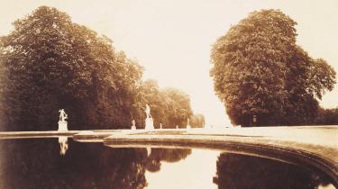 Gennem fotografier husker vi fortiden på en ny måde, fordi den står så lyslevende og uimodsigelig for os. Men fotografiernes utvetydige klarsyn får os ikke kun til at se på nye måder, de får os også til at glemme på nye måder