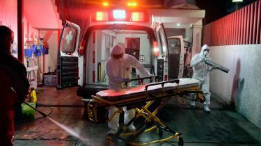 Ansatte i Røde Kors, der tager sig af en COVID-19-patient. Toluca, Mexico, den 8. januar i år.