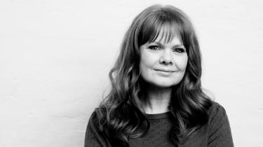 Man må anerkende den kraftpræstation, det har været at omarbejde en ekstrem og traumatiserende opvækst til en roman og derved række ud til andre udsatte, skriver anmelderen om Rachel Rösts debutroman.