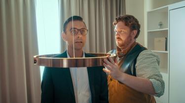 Indimellem Andreas Mertz' (Simon Kvamm) mere eller mindre håbløse interaktioner med det silkeborgensiske lokalsamfund ser man ham konsultere sin egen life coach, Fenn (Frederik Cilius), på et hotelværelse.
