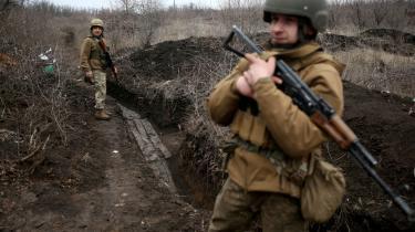 Ukrainske soldater patruljerer ved den Moskva-styrede »folkerepublik« Donetsk.