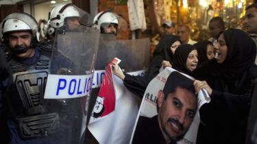 Systemkritiske demonstranter med en plakat af menneskeretsforkæmper og danske statsborger Abdulhadi Al-Khawaja ved en demonstration i 2012. Det er i dag ti år siden, at maskerede sikkerhedsstyrker trængte ind i hans lejlighed og første ham bort.