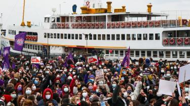 Demonstranter på gaden i Istanbul den 21. Marts 2021, efter at præsident Erdogan havde trukket Tyrkiet ud af Istanbulkonventionen, som havde til formål at forebygge og bekæmpe vold mod kvinder i og uden for hjemmet.