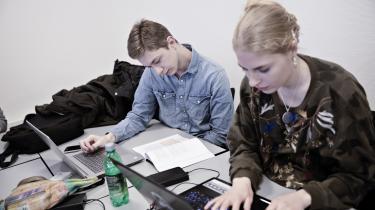 Kun fire-fem kommuner i landet tilbyder tre-årige hf-uddannelser til sårbare unge. På billedet er det Simon Andreasen og Frederikke Elisa Windahl Madsen, som går på Kalundborg Gymnasium.