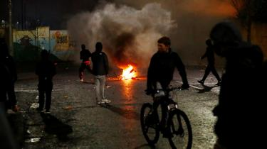 55 politibetjente er blevet såret under de natlige voldsudbrud, der nu har stået på i en uge.