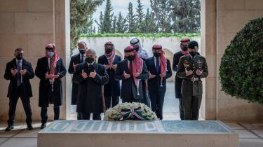 Søndag blev kong Abdullah og krisens hovedperson prins Hamzah filmet sammen ved en kransenedlæggelse i Amman i anledning af Jordans 100 år som selvstændigt monarki. Men uden at der – som normalt – blev holdt taler eller på anden måde markeret forbrødring.