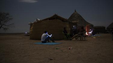 Tigrinske flygtninge forsøger at finde mobilnetværk i Hamdayet i det østlige Sudan, hvortil de er flygtet.