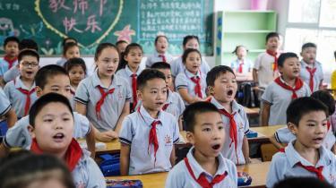 I visse kinesiske skoler er eleverne udstyret med et pandebånd, der måler deres koncentrationsevne, som er koblet op til en skærm i klassen, hvor både eleverne selv og læreren kan følge med ved hjælp af forskellige farvesymboler, der viser, hvor koncentrerede de er.