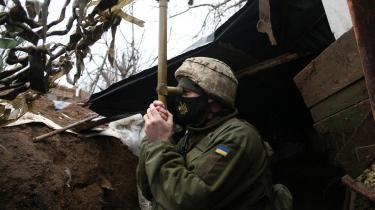En ukrainsk soldat på vagt ved fronten nær Donetsk. Den russiske troppeopbygning ved Ukraine er forementlig et forsøg på at teste Joe Bidens beslutsomhed
