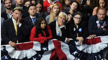 At flertallet af amerikanerne stemte på Hillary Clinton ved valget i 2016, og Donald Trump alligevel blev præsident, er et godt eksempel på, at folkets magt og rolle i demokratier stadig er en kilde til konflikt. Her skuffede Clinton-supportere.