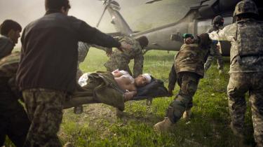 Det var bestemt ikke meningen, at den amerikanske invasion i Afghanistan for næsten 20 år siden skulle føre til den længste krig i USA's historie. Her hjælper afghanske soldater en såret politimand om bord på en amerikansk helikopter i Kunar provinsen i 2010.