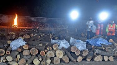 I Surat i delstaten Gujarat blev krematorierne i weekenden så overvældet af de mange nye coronadøde, at flere familier selv begyndte at brænde deres afdøde på ligbål i det fri.