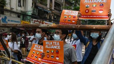 Twitter har valgt at støtte den asiatiske onlinebevægelse mælkete-alliancen, der forener prodemokratiske aktivister fra Thailand, Hongkong, Taiwan og Myanmar – hvor demonstranterne på billedet befinder sig – ved at give hashtagget #MilkTeaAlliance sit eget ikon. I Kina bliver alliancen set som antikinesisk, og det kinesiske udenrigsministerium har opfordret Twitter til at agere mere retfærdigt og objektivt.