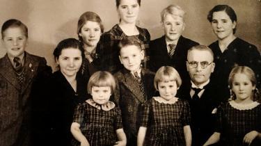 Udateret familieportræt med Solvejg bagerst i midten