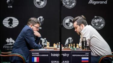 De to førende spillere ved deres indbyrdes parti i foråret 2020: Maxime Vachier-Lagrave (til venstre) spiller mod Ian Nepomniachtchi.