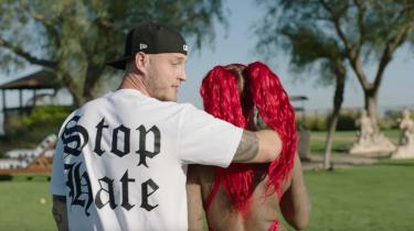 Rapperen Chet Hanks seneste nummer hedder »White Boy Summer« og handler om, at det skal blive en god sommer for hvide drenge. Billedet er fra musikvideoen til nummeret.
