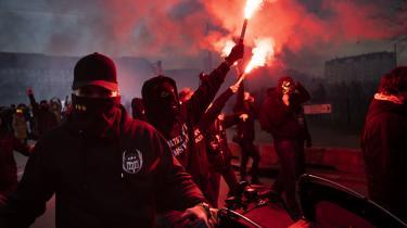 Sagerne om en dukke af statsminister Mette Frederiksen (S) ved en Men in Black-demonstration er blevet udlagt som et angreb på ytringsfriheden.