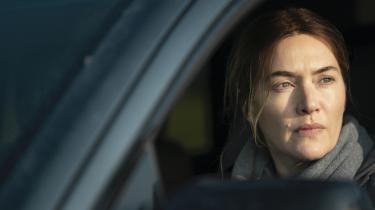 Kate Winslet spiller den midaldrende, menneskefjendske kriminalassistent Mare Sheehan i Brad Ingelsbys formidable miniserie 'Mare of Easttown'.