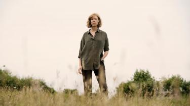 'Jeg hedder Folkví' er på samme tid et skarpt psykologisk kvindeportræt og en mytisk funderet skæbnefortælling