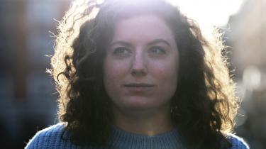 Sofia Rönnow Pessahs hovedperson går i seng med mænd, som spejler hendes enorme selvhad. Hun går i byen på 'Fuck The Pain Away'-måden, som Peaches sang i 2000, men uden at smerten forsvinder.