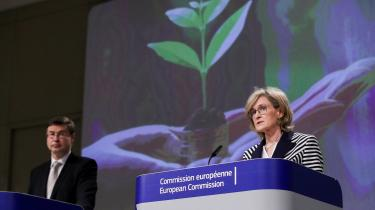 EU's vicepræsidentValdis Dombrovskis (tv) og EU-kommisær Mairead McGuinness (th) præsenterer EU's nye klimalov, som skal gøre EU til et klimanetutralt kontinent i 2050.