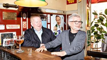»Jeg hjælper med at betale barens husleje. Altså ved at holde omsætningen oppe,« joker stamgæsten Henrik Victor Nørgaard (t.v.), som er tilbage på Palæ Bar, der har været lukket i næsten fem måneder, sammen med Jørgen Campbell (t.h.).