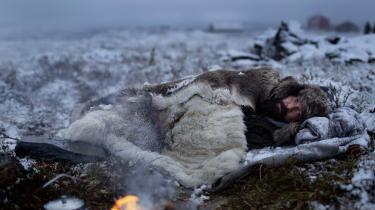 Den samiske rensdyravler Bilzi (Stig Henrik Hoff) er en af de farverige personager i Kim Fupz Aakesons HBO-serie, 'Welcome to Utmark', derer spækket med så meget nordnorsk lokalkolorit, at det fremstår som en lystig omgang eksotisme.