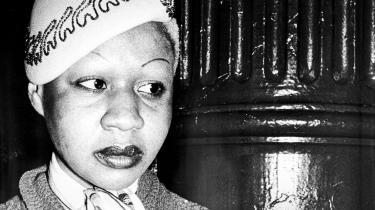 Som 16-årig forlod Jamaica Kincaid sit hjemland og blev forfatter i USA. Hun flyttede aldrig tilbage, men hendes værker kredser om fortiden i Caribien, om at vokse op i en koloni og om forholdet til moderen. Vi har talt med den verdenskendte forfatter, der regnes for at være en af favoritterne til Nobelprisen i litteratur