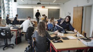 Den øgede kønsskævhed i karaktererne i folkeskolen er et stort problem, mener eksperter, for den kan betyde, at endnu flere mænd kommer til at stå uden uddannelse.