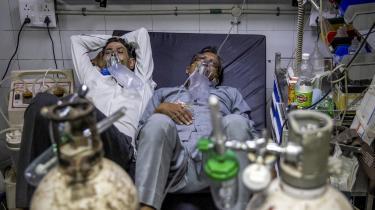 Der er for få sengepladser og for lidt ilt til de mange coronapatienter på de indiske hospitaler.