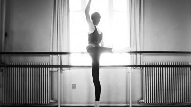 Balletverdenen er rystet efter, at en koreograf blev fundet død samme dag, som Det Kongelige Teater offentliggjorde en aflysning af hans forestilling på grund af »uacceptabel adfærd«.