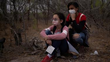 De to uledsagede mindreårige honduranske migranter Anyi på 11 og Ilene og på 15 venter på amerikanske grænsevagter efter at have krydset floden Rio Grande på en tømmerflåde.