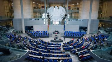 I den tyske Bundestag hænger det europæiske flag side om side med det tyske. Kanslerkandidaternes visioner for det europæiske fællesskab er en vigtig faktor i valgkampen