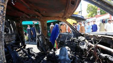 Der er en overhængende fare for, at Afghanistan ender som en boksering for regionale magter efter USA's exit, men mere positive scenarier er også mulige. Her ses resterne af en politibil, der er blevet totalt ødelagt efter en bilbombe, Jalalabad, Afghanistan.