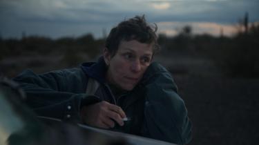Fern (Frances McDormand) er nomade og sæsonarbejder og hovedpersonen i Chloé Zhaos tredobbelte oscarvinder, Nomadland, der handler om fattigdom og rodløshed i USA. I en stor Amazon-lagerhal har hovedrollen Fern et løsarbejde.