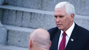 'Vi har ikke råd til at leve i uvidenhed om, hvordan USA's tidligere vicepræsident Mike Pence selv har oplevet sine år i Det Hvide Hus', skriver Åsa Linderborg.