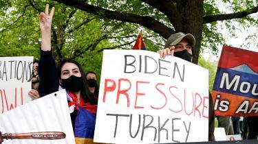 Joe Bidens tale blev hyldet af folk på gaden foran Den Tyrkiske Ambassade i Washington D.C. på årsdagen for det armenske folkemord.