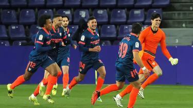 Sevillas marokkanske målmand Yassine Bounou (i organge trøje) fejrer sammen med sine holdkammerater, at han scorede et mål i overtiden med Real Valladolid for nyligt.