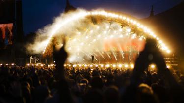 Flere af landets store festivaler som for eksempel Roskilde Festival har allerede meldt ud, at de med al sandsynlig ikke kommer til at afvikle årets festivaler. Og mange af de små festivaler er frustrerede over, at politikerne endnu ikke har meldt ud, hvordan de konkrete retningslinjer for sommerens mange planlagte festivaler bliver.