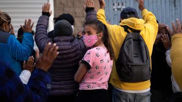 Bøn nær en flygtningelejr i Tijuana. Her venter flygtningene på at få lov til at søge asyl i USA.