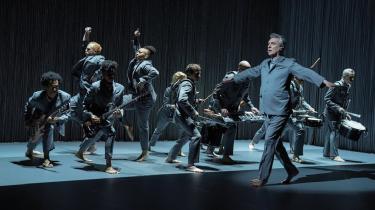 'American Utopia'er ikke første gang, David Byrne genopfinder koncertformatet og formidler det på film.