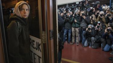 Fotografiet forestiller aktivisten Greta Thunberg, der står over for pressen, og det viser hendes generations kamp mod 'de voksne'.