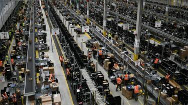 I Amazons gigantiske haller betyder den høje grad af automatisering, at arbejdsgangen er endnu mere ensformig end ved samlebåndet i en typisk industrifabrik. Journalisten Alec MacGillis bringer i sin nye bog en hård kritik af virksomhedens metoder.